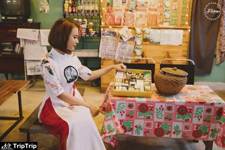 Ao dai ben cafe 1990