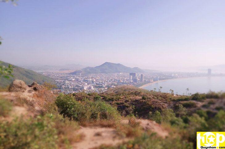 Núi Xuân Vân nhìn thành phố biển Quy Nhơn từ xa