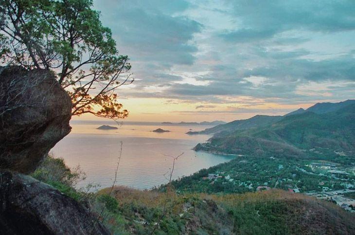 Núi Xuân Vân Quy Nhơn, một địa điểm ít biết. Là một trong những địa điểm ngắm thành phố Quy Nhơn đẹp nhất - Ảnh: Quynhondiscovery