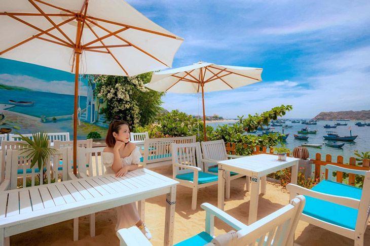 Nhìn phía xa xa là đảo hòn khô, một trong những hòn đảo đẹp nhất Quy Nhơn