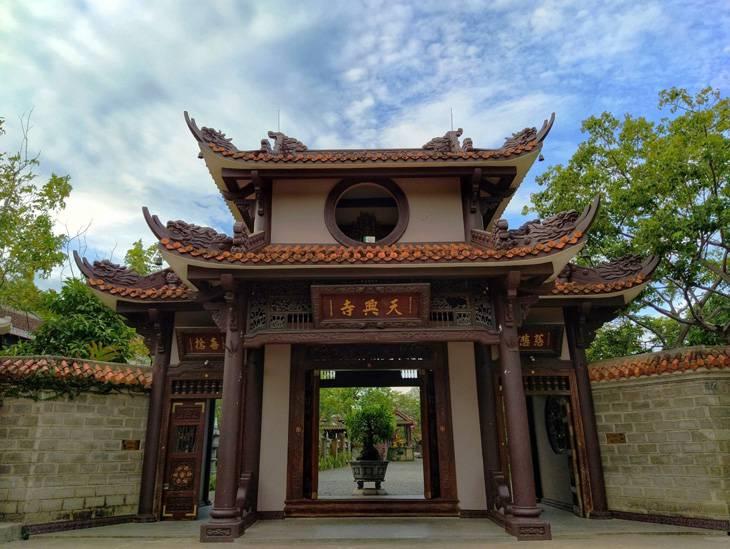Cổng tam quan, lối vào ngôi chùa. Ảnh: Sơn Ca