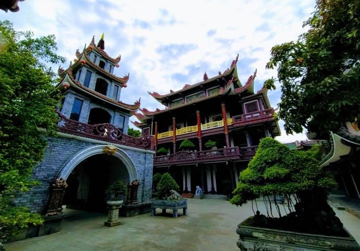 Gác chuông và chính điện của chùa Thiên Hưng. Ảnh: Sơn Ca