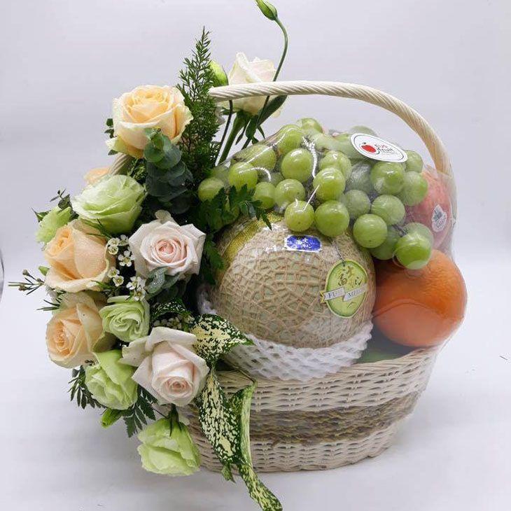Giỏi trái cây làm quà, luôn có sẵn ở các cửa hàng nhé