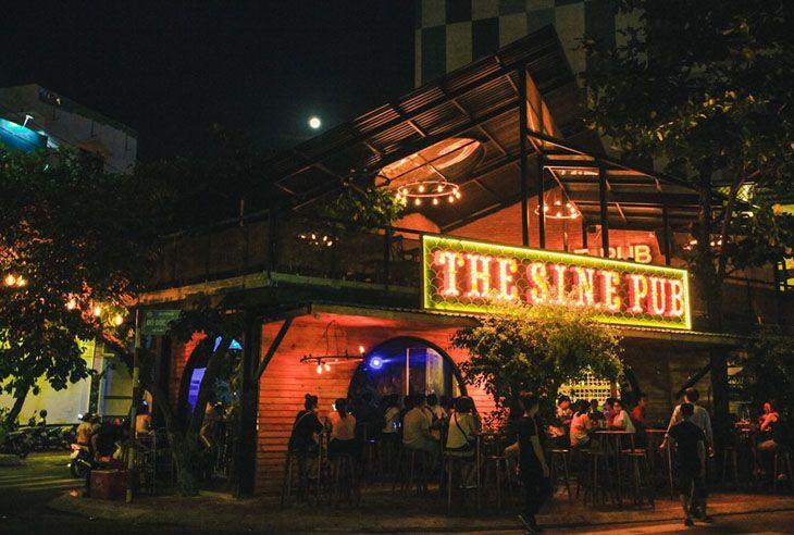 SinePub thực chất là một quán rượu nhỏ, nhưng rất phiêu trong những bản nhạc acoustic - ảnh:ST
