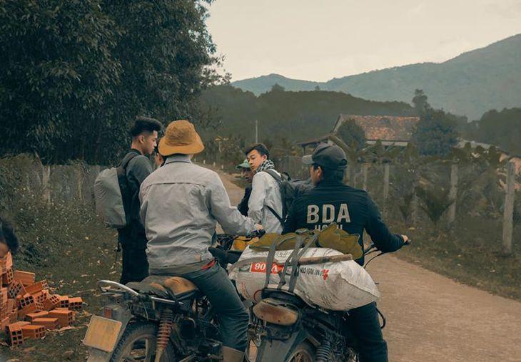 Băng qua nhiều xóm làng, buôn bản, rừng núi để đến với thác K50 - Ảnh: Trần Long