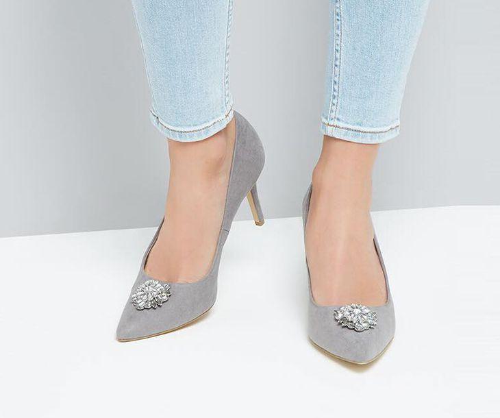 Ngoài giày dép, shop còn bán các phụ kiện đi kèm xinh đẹp