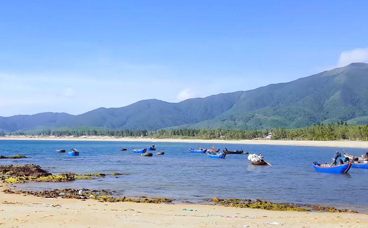Bãi biển xinh đẹp, mộc mạc vẫn còn nguyên vẹn nét hoang sơ ở Lộ Diêu đang rất thu hút khách du lịch