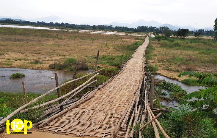 Cây cầu tre lắc léo gập ghềnh khó đi