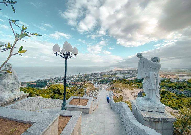 Ngắm toàn cảnh biển Cát Tiến từ trên cao tại chùa ông núi - Ảnh:ST