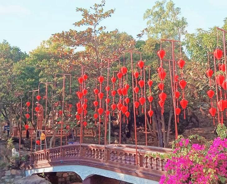Hình ảnh lồng đèn đẹp của chùa Linh Phong những ngày xuân đến - Ảnh:ST