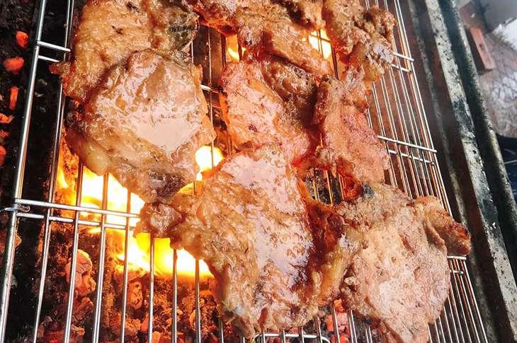 Thịt được ướp thơm ngon, đậm đà, thịt luôn nóng hổi - Ảnh:ST