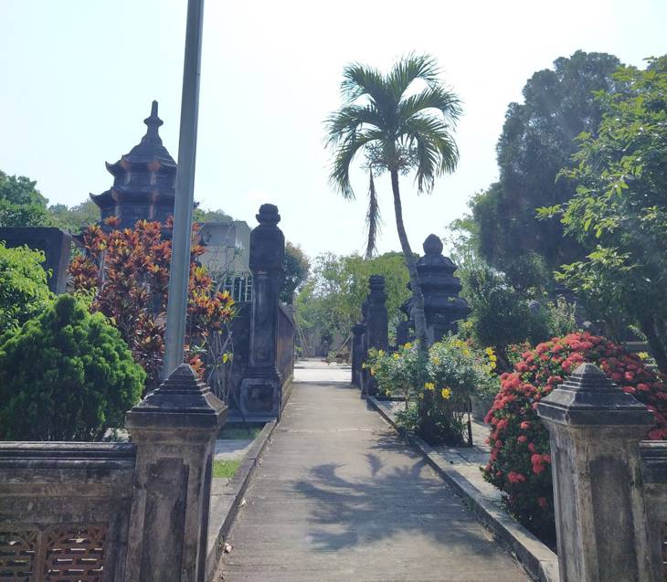 Các tháp cổ trong khuôn viên vườn ở Chùa Thập Tháp - Ảnh; Sơn Ca