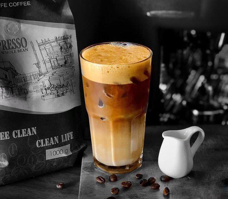 Nhâm nhi 1 ly cà phê và tập trung vào cho công việc - ảnh:ST