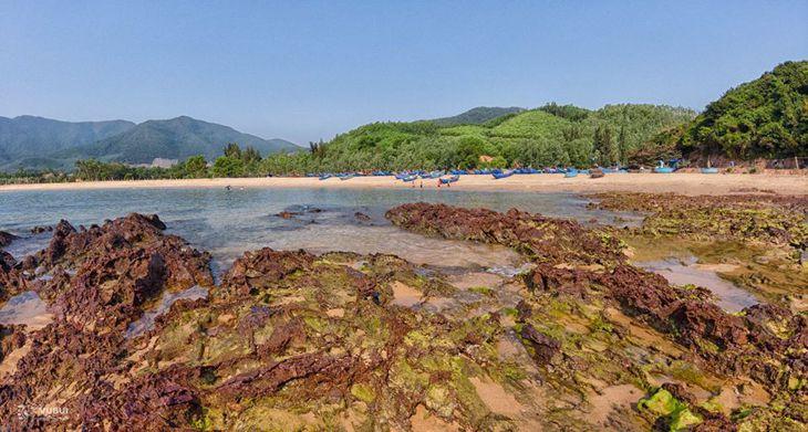 Nhìn xa xa, Gành đá Lộ Diêu như một cánh cung được bao quanh bởi rừng, biển và đá