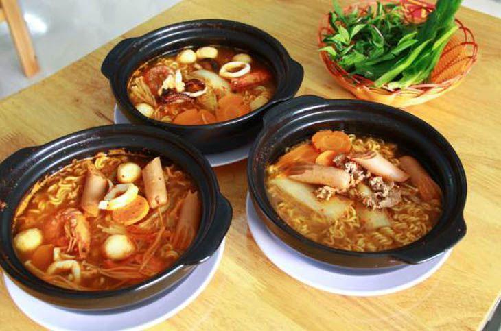Quán mì cay korea Quy Nhơn, Quán có nhiều món ngon và đồ uống hấp dẫn - Ảnh:ST