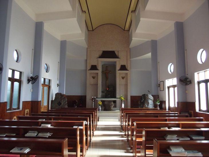 Nhà thờ nằm sâu trong núi, nên rất yên tĩnh và thư thái - Ảnh:ST