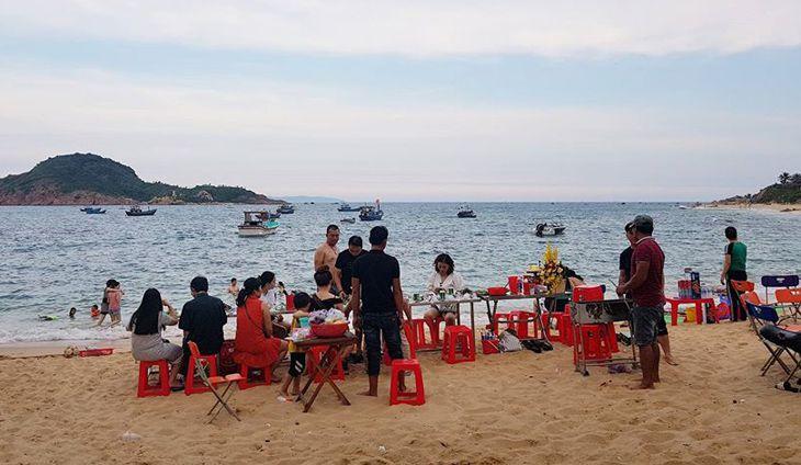Tổ chức Party nhâm nhi ly bia quanh những món hải sản nướng - ảnh:ST
