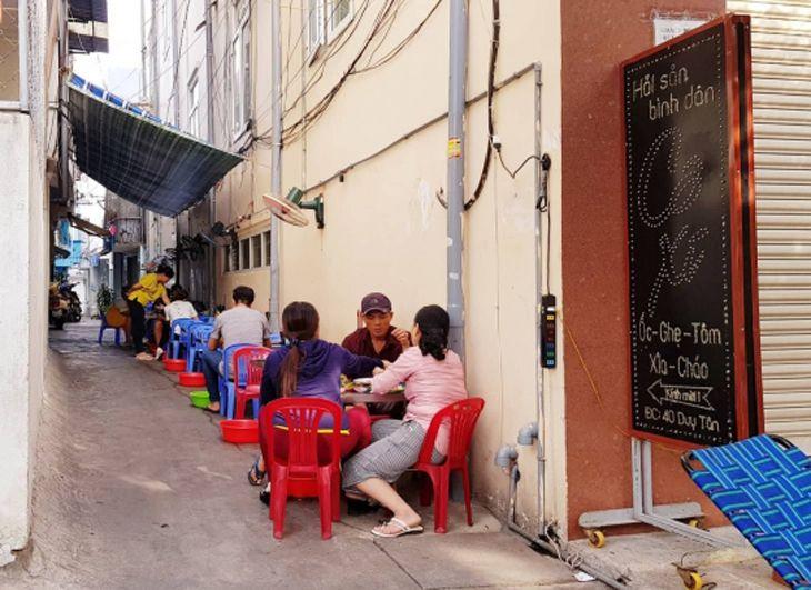Tọa lạc trên hẻm Duy Tân, con hẻm nhỏ nhưng rất đông khách