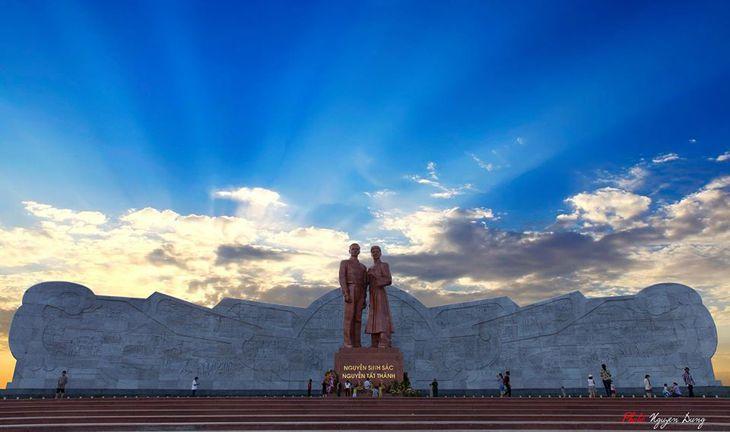 Quảng trường trung tâm, tượng cha con Bác Hồ - Ảnh:ST