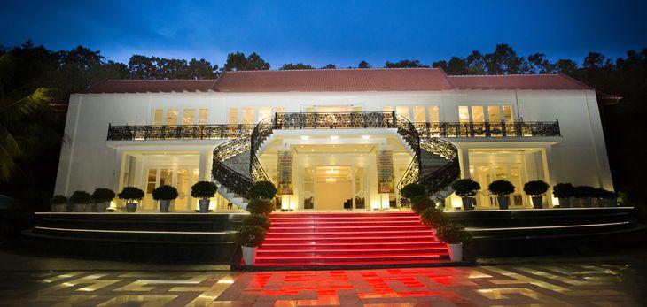 Royal Hotel & Healthcare Resort nhìn từ ngoài vào, sang trọng, lịch sự - ảnh:ST