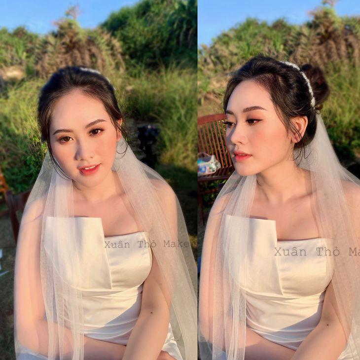 Cô dâu được trang điểm đơn giản, nhưng đủ để làm tôn lên những vẻ đẹp của cô dâu