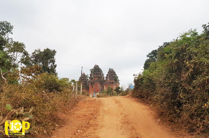 Đường lên tháp Dương Long, tháp nằm trền gồ đồi cao, xa xa đã thấy tháp
